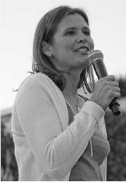 Anne-Hélène Frustié témoignant devant des jeunes rassemblés pour défendre une écologie humaine à Paris
