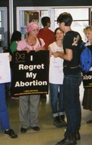 Nancy Garez (foulard rose) parlant avec un étudiant de l'université Mac Gill à Montreal, en septembre 2009.